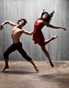 Klassiske dansere ikledd moderne danseklæ